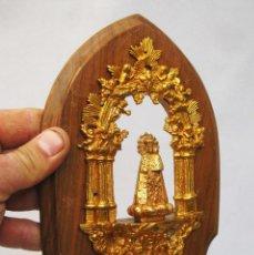 Antigüedades: PRECIOSA BENDITERA ANTIGUA EN MADERA Y BRONCE AL ORO VIRGEN DE LOS DESAMPARADOS VALENCIA GEPERUDETA. Lote 77556297