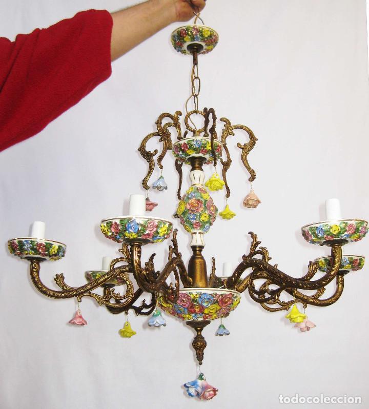 LLAMATIVA LAMPARA ANTIGUA BRONCE Y FLORES CERAMICA MANISES SALON (Antigüedades - Iluminación - Lámparas Antiguas)