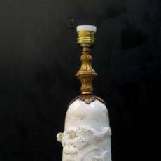 Antigüedades: MARAVILLOSA LAMPARA ANTIGUA ESCULTURA EN CERAMICA Y BRONCE ESCENA CLASICA . Lote 77655733