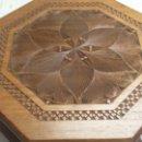 Antigüedades: ESPECTACULAR CAJA DE MADERA DE NOGAL Y MARQUETERIA CON GRABADOS EXQUISITOS. Lote 77656118