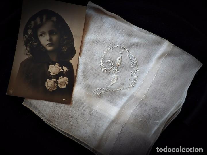 Antigüedades: Ref 2856 Precioso pañuelo en color hueso, con letra D bordada a mano sobre batista - Foto 2 - 77751637