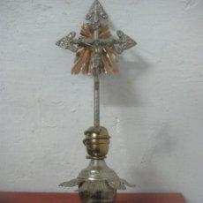 Antigüedades: BONITO CRUCIFIJO MODERNISTA HECHO COMPLETO EN ALPACA Y COBRE LABRADO 48 CMS, DATA DE 1900. Lote 77810945