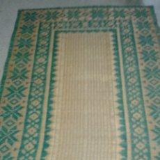 Antigüedades: BONITA ALFOMBRA (TAPIZ) DE PAJA CON DIBUJOS. Lote 77863970