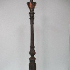 Antigüedades: ANTIGUA LÁMPARA - FAROL - CANDELABRO - PARA BARANDILLA, JARDÍN - HIERRO, LATÓN Y CERÁMICA - S. XIX. Lote 77887589