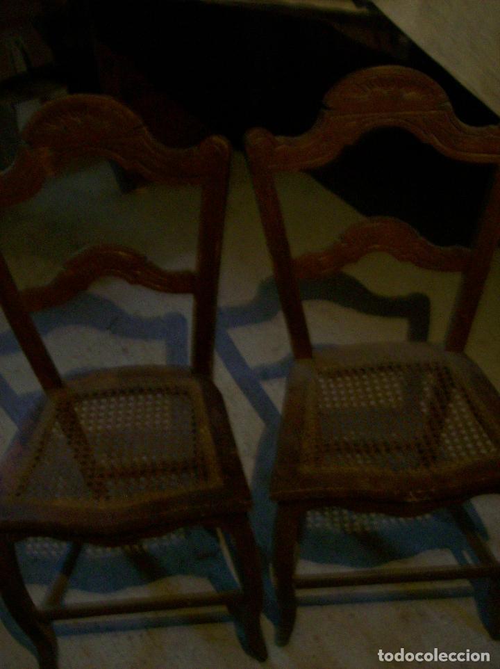 2 SILLAS REJILLA. RESPALDO LABRADO (Antigüedades - Muebles Antiguos - Sillas Antiguas)