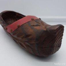 Antigüedades: ZAPATO EN MADERA TALLADO A MANO TIPO ZUECO CON APLICACIONES EN METAL . Lote 77936229