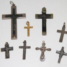 Antigüedades: LOTE DE 8 CRUCIFIJOS COLGANTES. DIVERSOS MATERIALES Y ÉPOCAS. ESPAÑA. Lote 118853304
