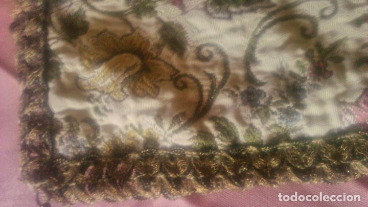 Antigüedades: Antiguo tapete rectangular de terciopelo rojo Con puntilla semi metálica. Años 20.reservado - Foto 4 - 78049565