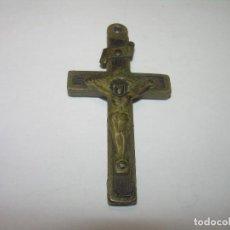 Antigüedades: ANTIGUO Y PEQUEÑO CRUCIFIJO DE BRONCE Y MADERA.. Lote 78093017