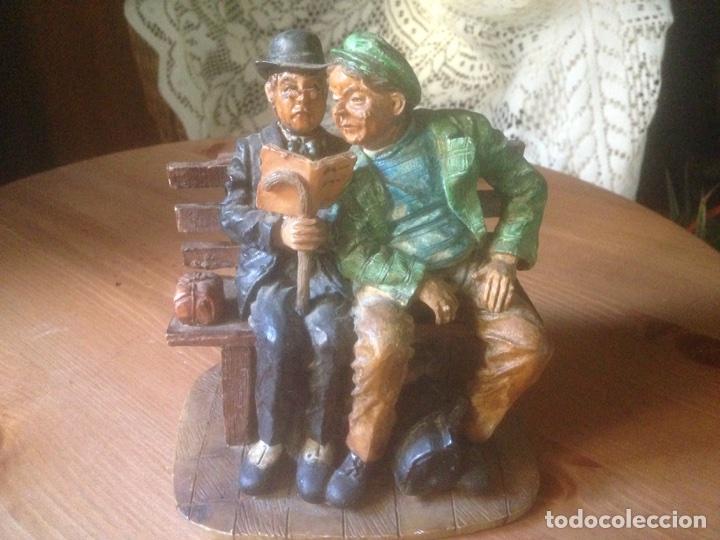 FIGURA MARMOLINA, SEÑORES EN UN BANCO ANTIGUAS. (Antigüedades - Hogar y Decoración - Figuras Antiguas)