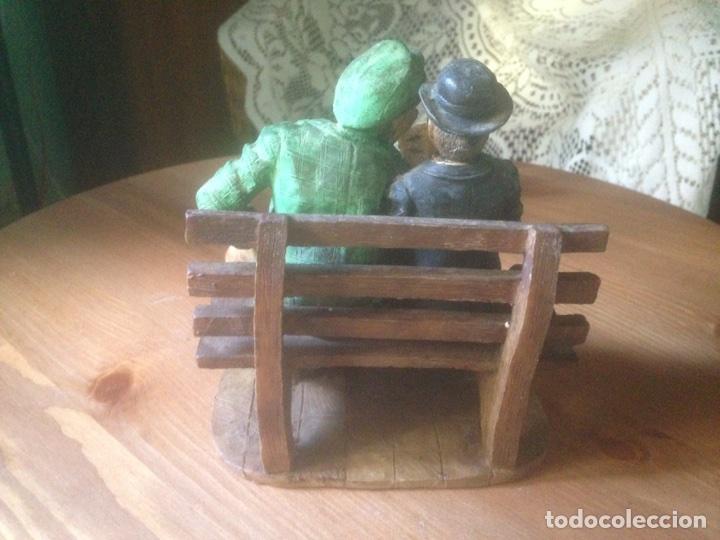 Antigüedades: Figura marmolina, Señores en un banco antiguas. - Foto 3 - 78107837
