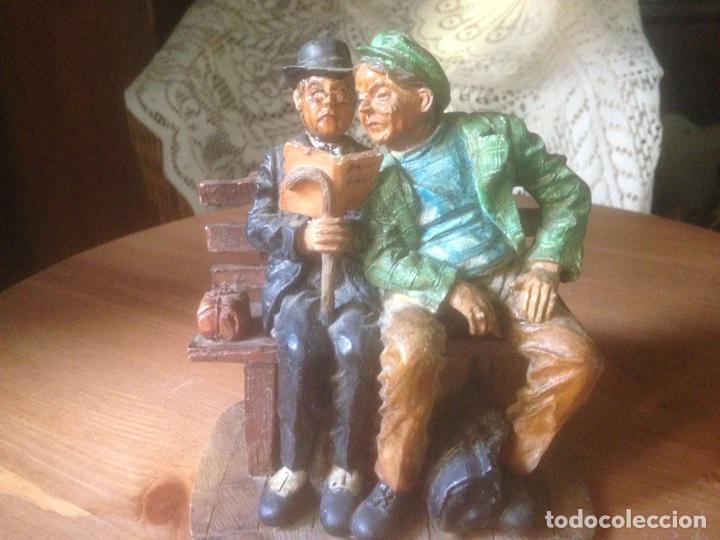 Antigüedades: Figura marmolina, Señores en un banco antiguas. - Foto 6 - 78107837