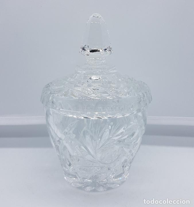 BOMBONERA ANTIGUA EN CRISTAL INGLESA CON BELLOS MOTIVOS (Antigüedades - Cristal y Vidrio - Inglés)