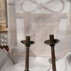 Antigüedades: PAREJA DE CANDELABROS ANTIGUOS DE IGLESIA O CAPILLA, EN BRONCE.. Lote 78235021