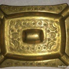 Antigüedades: ANTIGUO CENICERO DE BRONCE MARROQUÍ CON RELIEVES HECHO A MANO. Lote 78266617