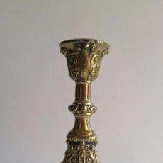 Antigüedades: ANTIGUO CANDELERO CANDELABRO EN BRONCE ESMALTE DORADO. Lote 78305189