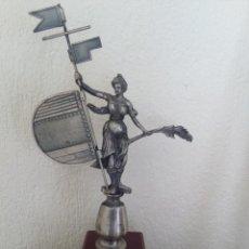 Antigüedades: GIRALDILLO DE SEVILLA TROFEO EN METAL PLATEADO,VER FOTOS 34.CMS X 19.CMS. Lote 78350665