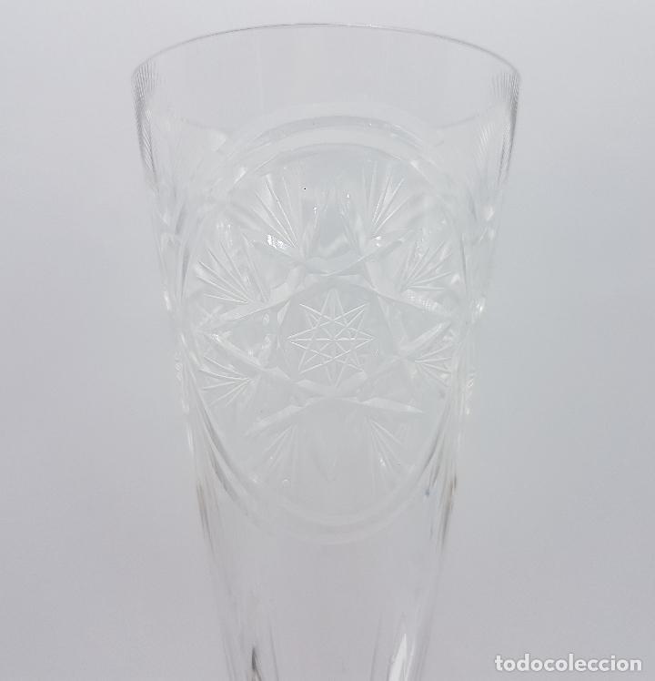 Antigüedades: Bella copa antigua en cristal de Baccarat tallado a mano y pie en plata de ley repujada, F.S. XIX . - Foto 3 - 78372973