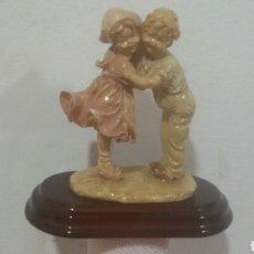 Antigüedades: ANTIGUA FIGURA DE ARCILLA HECHA A MANO EL BURIL CON PEANA DE MADERA. Lote 78377406