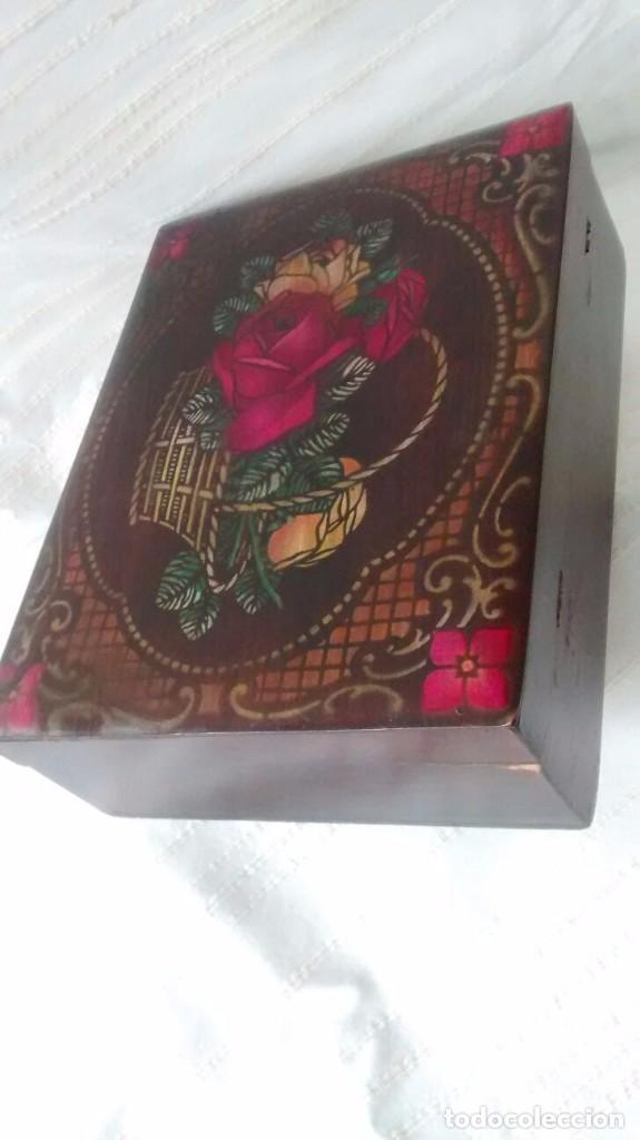 caja de madera antigua con motivo floral en la tapa y espejo en el interior marca la estrella