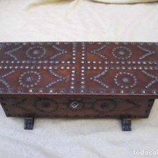 Antigüedades: BAUL O ARCA CASTELLANA EN MADERA FORRADO DE CUERO Y TACHUELADO. . Lote 78439173