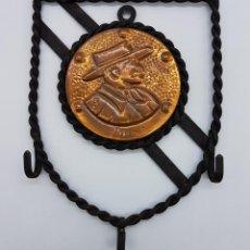 Antigüedades: COLGADOR DE LLAVES ANTIGUO EN FORJA Y COBRE CON IMAGEN GRAVADA Y FIRMADA .. Lote 78513569