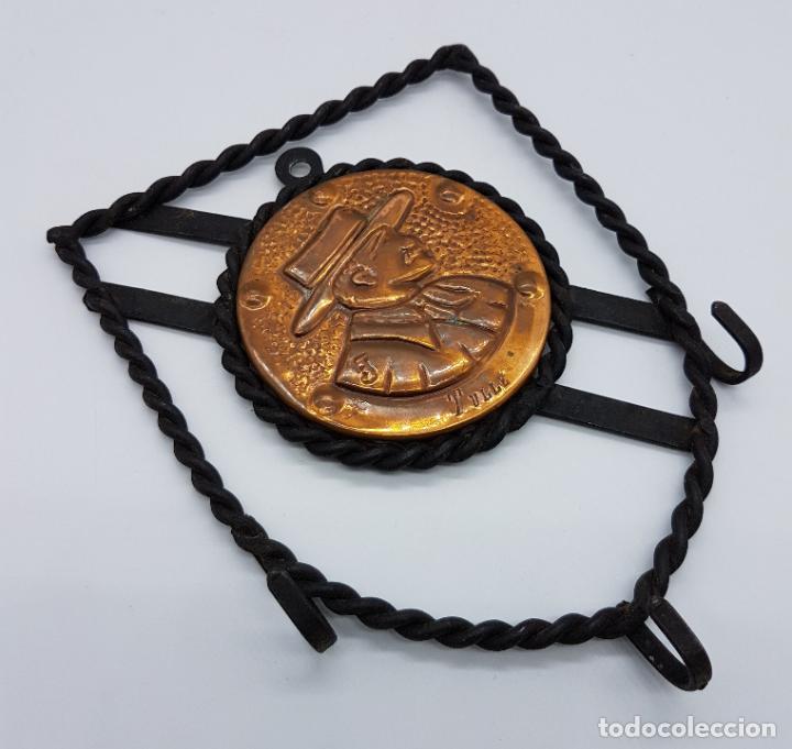 Antigüedades: Colgador de llaves antiguo en forja y cobre con imagen gravada y firmada . - Foto 3 - 78513569