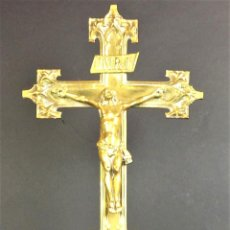 Antigüedades: GRAN CRUCIFIJO DE ALTAR. BRONCE DORADO. ESTILO NEOGÓTICO. ESPAÑA. CIRCA 1850.. Lote 78601185