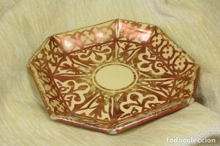 PLATO OCTOGONAL REFLEJOS METÁLICOS. SXX (Antigüedades - Porcelanas y Cerámicas - Manises)