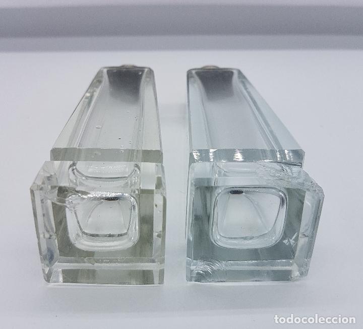 Antigüedades: Juego antiguo de salero y pimentero en cristal tallado y tapón en plata de ley contrastada, art decó - Foto 4 - 78665313