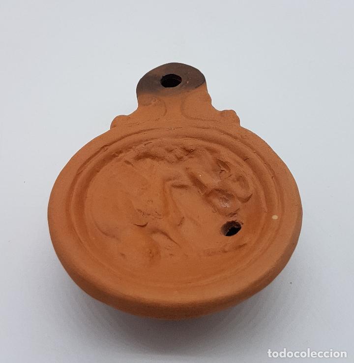 Antigüedades: Lucerna o lámpara antigua en terracota de estilo romano con motivos de musico en relieve, firmada . - Foto 3 - 78673093