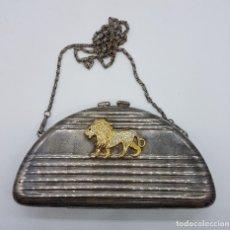 Antigüedades: BOLSO VINTAGE TIPO CLUTCH, EN METAL PLATEADO CON LEÓN EN RELIEVE BAÑADO EN ORO 18K Y CIRCONITAS .. Lote 78680645