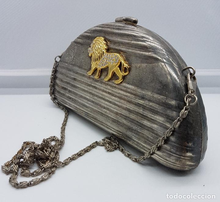 Antigüedades: Bolso vintage tipo clutch, en metal plateado con león en relieve bañado en oro 18k y circonitas . - Foto 2 - 78680645
