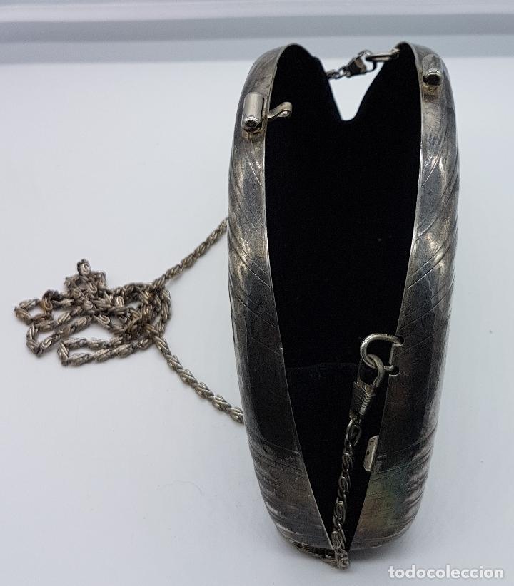 Antigüedades: Bolso vintage tipo clutch, en metal plateado con león en relieve bañado en oro 18k y circonitas . - Foto 3 - 78680645