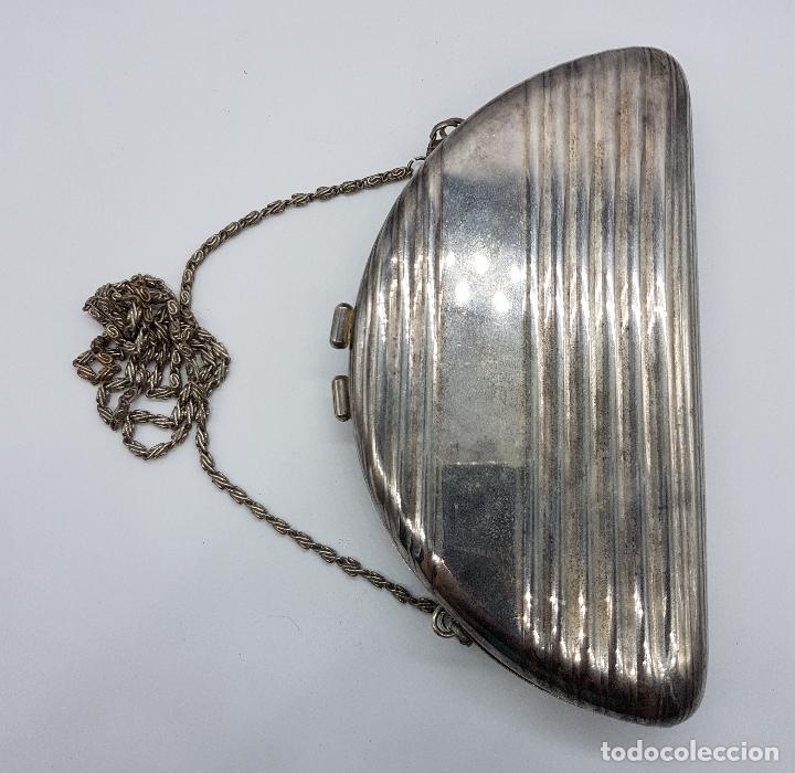 Antigüedades: Bolso vintage tipo clutch, en metal plateado con león en relieve bañado en oro 18k y circonitas . - Foto 4 - 78680645