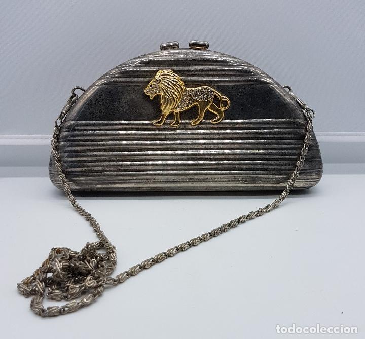 Antigüedades: Bolso vintage tipo clutch, en metal plateado con león en relieve bañado en oro 18k y circonitas . - Foto 5 - 78680645