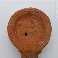 Antigüedades: LUCERNA ANTIGUA EN TERRACOTA DE ESTILO ROMANO CON MOTIVOS GLADIADOR ROMANO SOBRE BIGA Y CABALLOS .. Lote 78681661