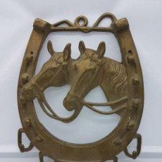 Antigüedades: COLGADOR DE LLAVES ANTIGUO EN FORMA DE HERRADURA DE BRONCE CON MOTIVOS DE CABALLOS. Lote 95522236