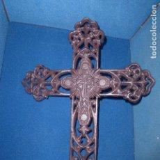 Antigüedades: CRUZ DE HIERRO CALADA PARA COLGAR EN PARED. . Lote 109382040