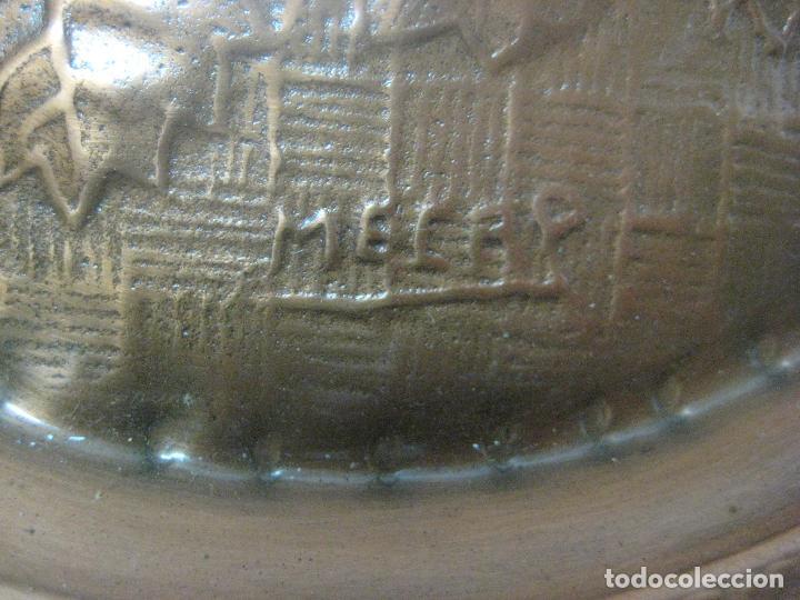Antigüedades: GIGANTE CENTRO DE MESA O FRUTERO HECHO EN COBRE REPUJADO Y BRONCE FIRMADO POR EL ARTISTA, AÑOS 20 - Foto 4 - 78844285