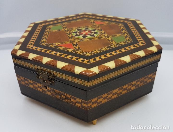 COFRE JOYERO ANTIGUA HEXAGONAL EN TARACEA GRANADINA MUSICAL, FORRADA Y CON ESPEJO . (Antigüedades - Hogar y Decoración - Cajas Antiguas)