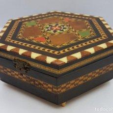 Antigüedades: COFRE JOYERO ANTIGUA HEXAGONAL EN TARACEA GRANADINA MUSICAL, FORRADA Y CON ESPEJO .. Lote 78936885