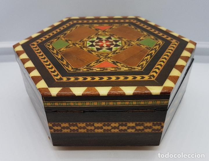 Antigüedades: Cofre joyero antigua hexagonal en taracea granadina musical, forrada y con espejo . - Foto 2 - 78936885