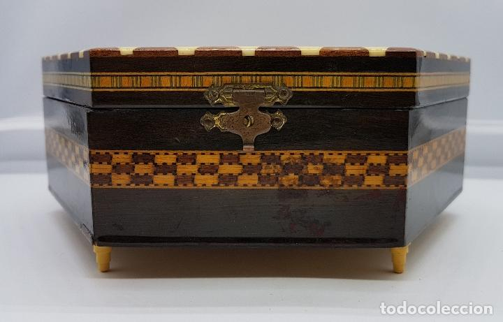 Antigüedades: Cofre joyero antigua hexagonal en taracea granadina musical, forrada y con espejo . - Foto 3 - 78936885