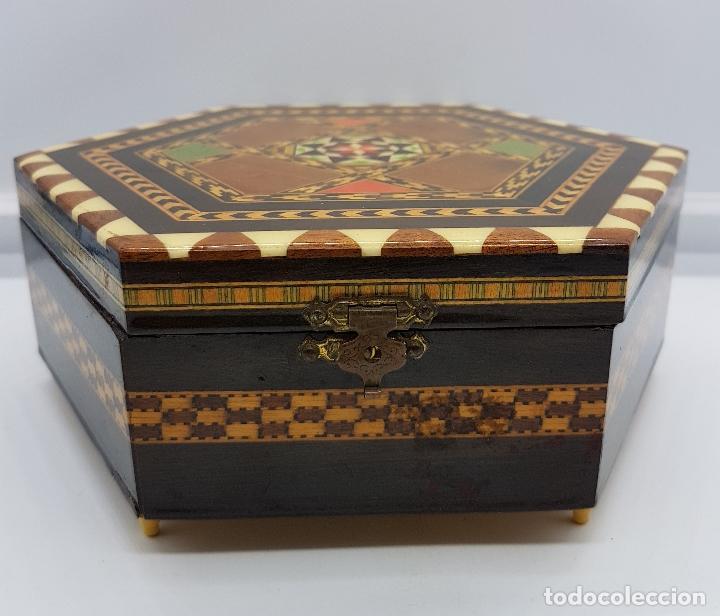 Antigüedades: Cofre joyero antigua hexagonal en taracea granadina musical, forrada y con espejo . - Foto 4 - 78936885