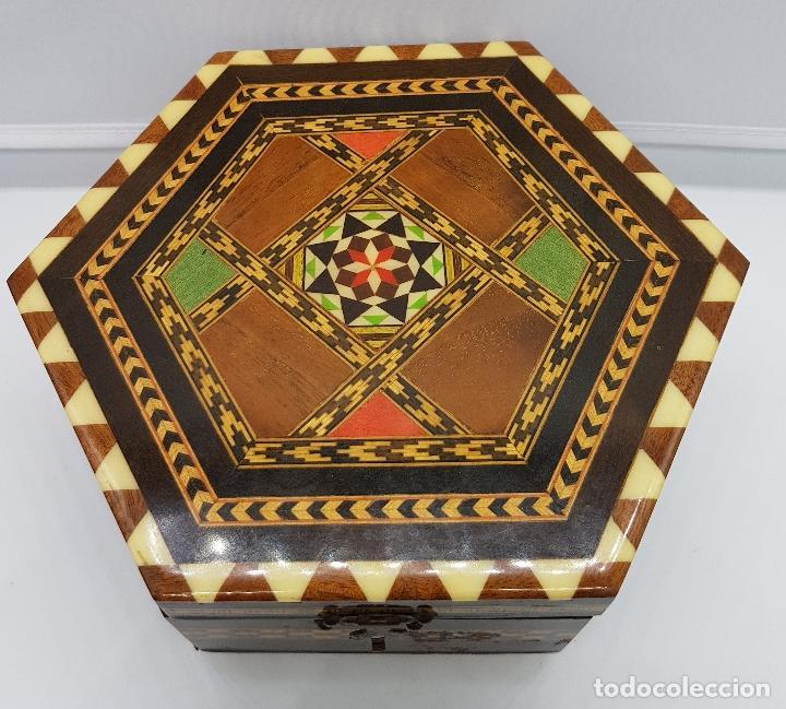 Antigüedades: Cofre joyero antigua hexagonal en taracea granadina musical, forrada y con espejo . - Foto 5 - 78936885