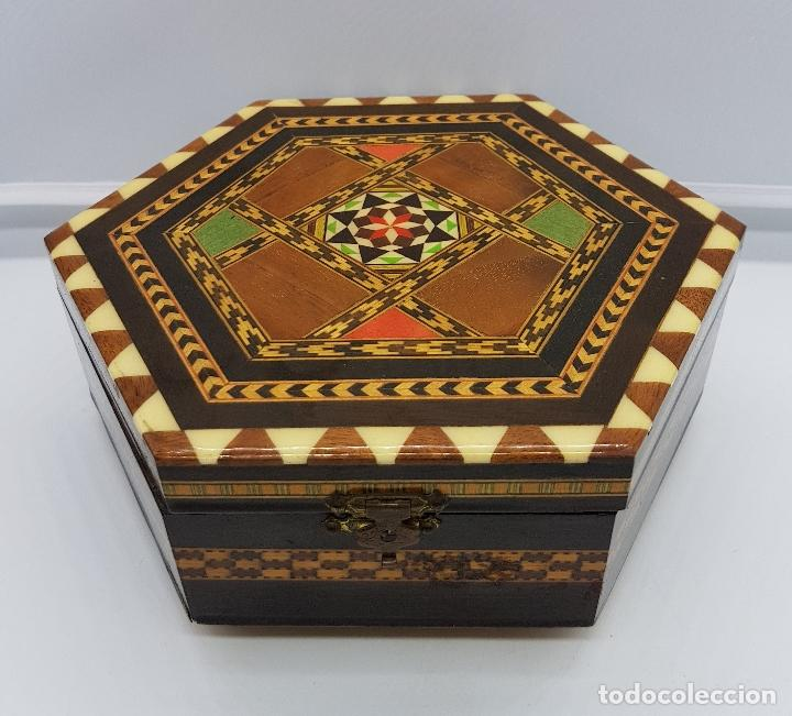 Antigüedades: Cofre joyero antigua hexagonal en taracea granadina musical, forrada y con espejo . - Foto 6 - 78936885