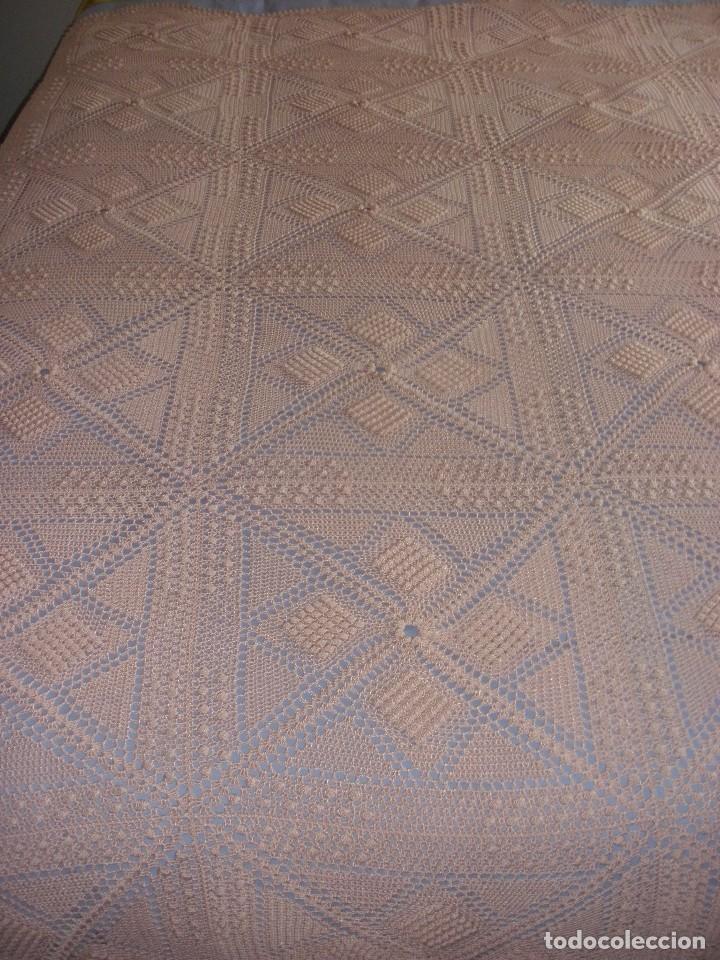 PRECIOSA COLCHA ANTIGUA DE HILO REALIZADA A MANO COLOR SALMON 2,10 X 2,10 M (Antigüedades - Hogar y Decoración - Colchas Antiguas)