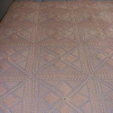 Antigüedades: PRECIOSA COLCHA ANTIGUA DE HILO REALIZADA A MANO COLOR SALMON 2,10 X 2,10 M. Lote 78952689