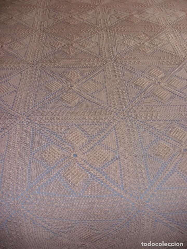Antigüedades: PRECIOSA COLCHA ANTIGUA DE HILO REALIZADA A MANO COLOR SALMON 2,10 X 2,10 M - Foto 2 - 78952689